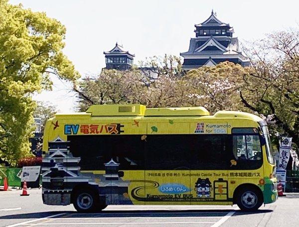熊本城とバス.jpgのサムネイル画像